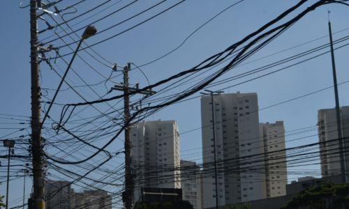 São Paulo - As agências Anatel e Anael notificaram as operadoras Claro, Oi, TIM e Vivo para regularizarem suas instalações em postes da AES Eletropaulo.